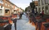 Insólita ilusión de müller pintó en la ciudad alemana de Гельдерн.  Este trabajo se refiere al arte de dibujar imágenes en 3D en el pavimento, que son bastante realistas, aunque sólo desde un punto de observación. Traducido del servicio de «Yandex.Traductor»