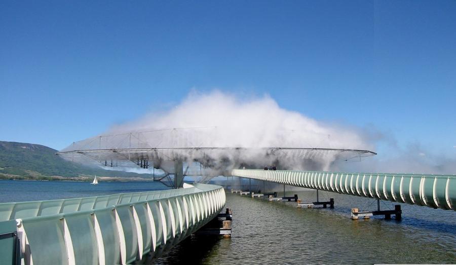 «Туманное здание» (The Blur Building) расположено вШвейцарии наНевшательском озере.  Вода закачивается из озера Невшатель, фильтруется и подается в виде мелкого тумана через 35 000 форсунок высокого давления.Интеллектуальная погодная система считывает изменяющиеся климатические условия температуры, влажности, скорости и направления ветра и регулирует давление воды в различных зонах.При входе в Blur визуальные и акустические ориентиры стираются.Существует только оптический «белый шум» и «белый шум» пульсирующих сопел.  Внутри находится захватывающая акустическая среда Кристиана Марклая.Легкая конструкция тенсегрити имеет размеры 300 футов в ширину, 200 футов в глубину и 75 футов в высоту и поддерживается четырьмя колоннами.