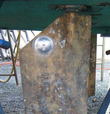 """Es un ánodo de dirección.Los ánodos protegen todas las piezas metálicas por debajo de la línea de flotación (casco) de la corrosión.Se trata de un trozo de metal más electroquímicamente """"activo"""" que necesita ser unido a la pieza protegida.Para los barcos, que en su mayoría caminan sobre agua dulce, por lo general utilizan ánodos de aluminio.ánodos de zinc - para salados."""