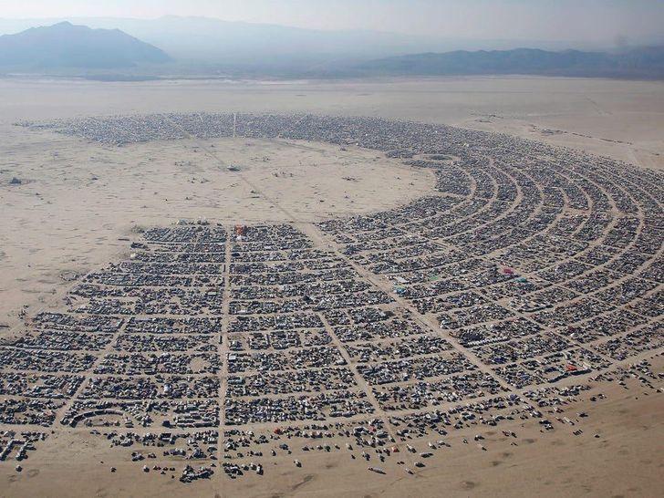 Каждое лето впустыне Невада тысячи людей собираются нафестиваль Burning Man  ©mr-muffin299 / Reddit  За9дней они возводят уникальный город, состоящий избесчисленных сюрреалистических построек.