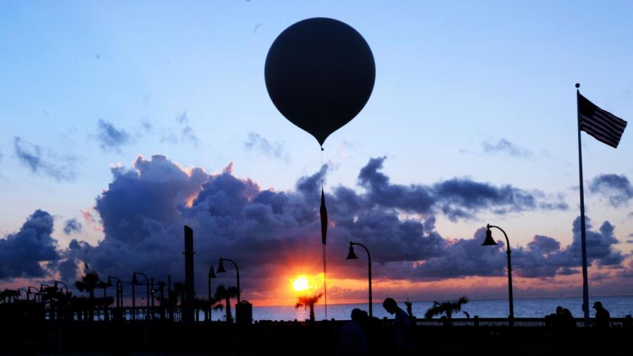 Высотный воздушный шар запускается из Миртл-Бич, штат Южная Каролина.  ASSOCIATED PRESS  Подобные шары часто используются для рекламных целей.