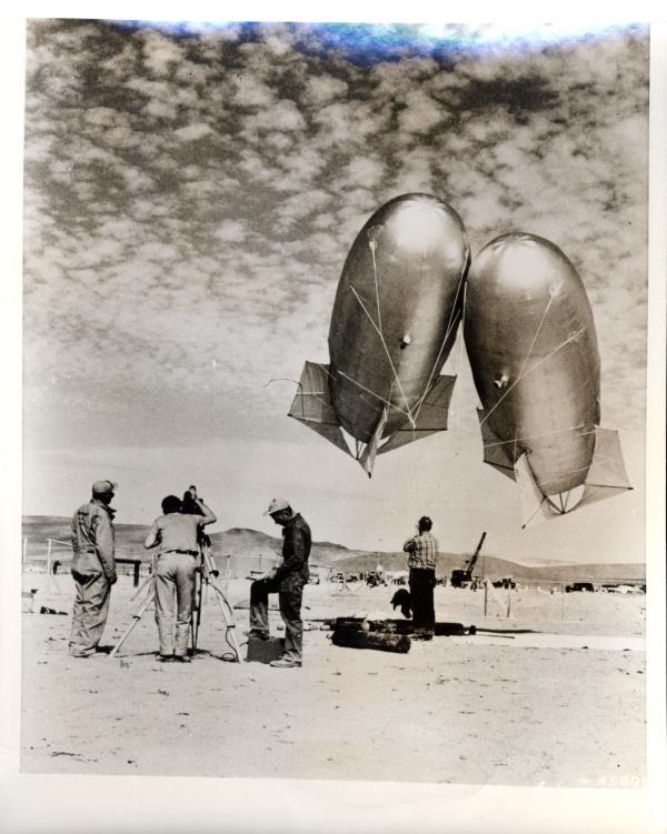 """Запуск метеорологических зондов перед ядерными испытаниями на базе ВВС Индиан-Спрингс (Невада)14 марта 1953 г.  Этинаполненные гелием воздушные шары «Китон» используются для получения информации о давлении, температуре и влажности воздуха, а также других метеорологических данных во время периодов атомных испытаний на полигоне в Неваде. Они отправляются в воздух перед каждым ядерным испытанием и спускаются вниз за несколько минут до фактического взрыва.  Таким образом, информация о погоде в последнюю минуту передается с базы ВВС Индиан-Спрингс руководителю испытаний Комиссии по атомной энергии в контрольной точке. Такие данные используются для прогнозирования дальнейших путей распространения радиоактивных облаков в атмосфере . """""""