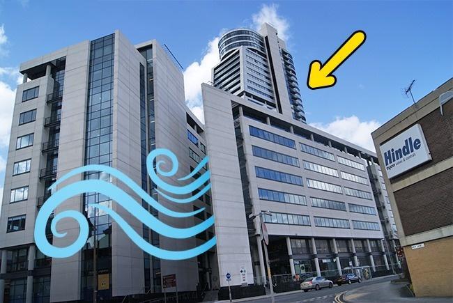 Сегодня уже трудно удивить кого-то высоким небоскребом. Зато, можно удивить небоскребом, способным влиять на погоду! Вообще, то, что здания и в частности небоскребы могут усиливать ветра, было известно давно. Однако этот факт никак не был принят во внимание создателями центра Bridgewater Place, построенного в Лидсе, Великобритания в 2006 году. Сразу после открытия, злосчастный небоскреб окрестили «возбудителем ветров», а также дали ему обидную кличку «Далек», в честь расы мутантов из сериала «Доктор Кто». В 2008 году, небоскребу вручили приз, как самому уродливому зданию в Европе. К сожалению, внешний вид – это даже не полбеды. «Возбудителем ветров» Bridgewater Place прозвали не просто так. Дело в том, что после его строительства, ветры вокруг здания усилились настолько, что буквально сдували людей. Несколько человек из-за этого даже покалечились. А после того, как ветер перевернул несколько машин на парковке у Bridgewater Place, движение у небоскрёба и вовсе ограничили.