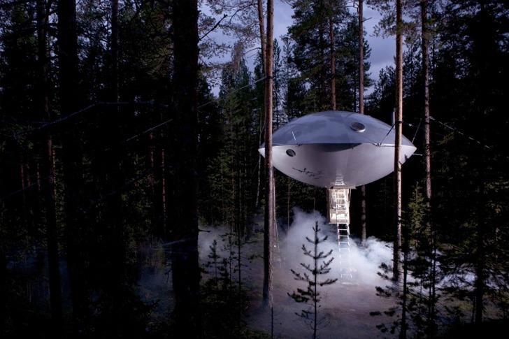 Шведский эко-отель в лесахTreehotel, которыйимеет форму гигантской летающей тарелки.