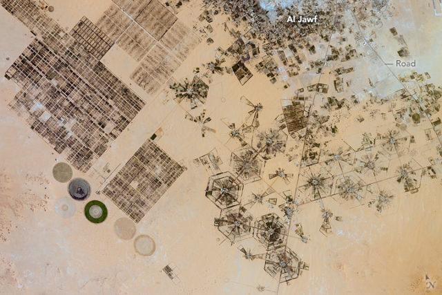 NASA  Странные круги в пустыне Сахара диаметром до 1 километра — это не инопланетное послание, асистема ирригации Эль-Джауф.  В ливийской части пустыни осадки не превышают 2,5 миллиметра в год. Поэтому для сельскохозяйственных нужд выкапываются глубокие колодцы, глубинные воды поднимаются к поверхности земли по специальным трубам с отверстиями, своеобразная лейка орошает культуры.