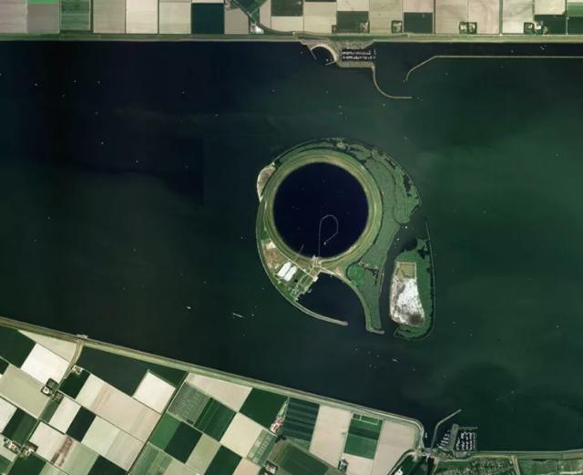 NASA  Эйсселог, озеро внутри нидерландского озера Кетелмер. Построено в 1999 году для того, чтобы задерживать внутри себя весь мусор, оставляя Кетелемер одним из самых чистых водоемов.