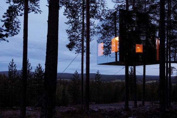 """Шведский отель """"Treehotel"""", расположенный в лесах северной части страны, состоит из нескольких отдельных домиков, укрепленных на дереве. Один из домиков-номеров, получивший название Mirrorcube, представляет собой сделанный из алюминиевой структуры куб размером 4х4х4 метра, покрытый снаружи зеркальными панелями. Чтобы птицы не сталкивались со стенами куба, они покрыты специальной инфракрасной пленкой, невидимой для человека, но заметной для птиц."""