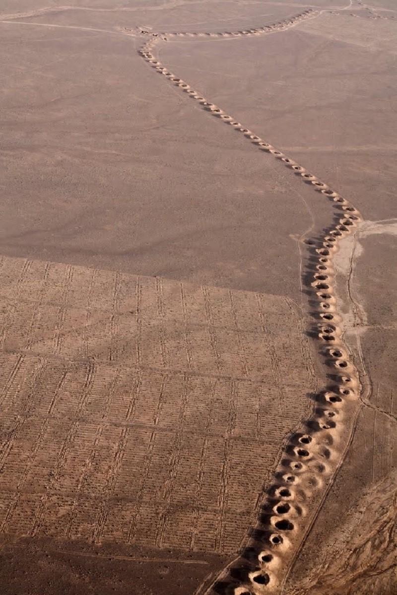 Кяриз  Гидротехническая система включает в себя основной колодец, который получает воду из подземного горизонта, систему туннелей, по которой вода транспортируется в определенное место, и вертикальные скважины для вентиляции вдоль всего маршрута, что также позволяет конденсировать влагу. Ко всему прочему, подземный водовод значительно снижает испарение драгоценной влаги.  Длина гонабадского кяриза составляет 33,113 метров, он содержит 427 углублений для воды. Сооружения построены с использованием знаний законов физики, геологии и гидравлики, что только подтверждает высокую степень развития персов. С 2007 года гонабадский кяриз включен в Список Всемирного наследия ЮНЕСКО.