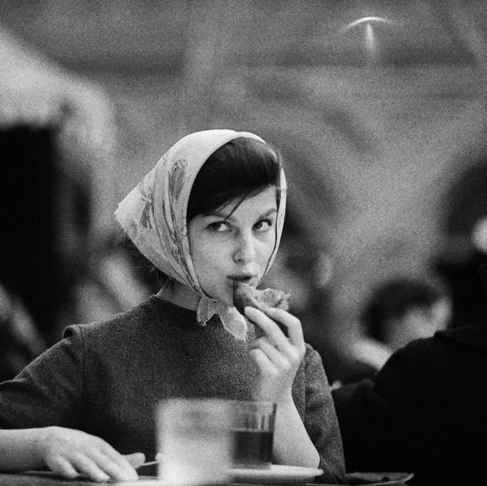 Coma en una fotografía antigua   En los años 60 moscú (rusia)  Fotógrafo: Tadeusz Ролке. Traducido del servicio de «Yandex.Traductor»