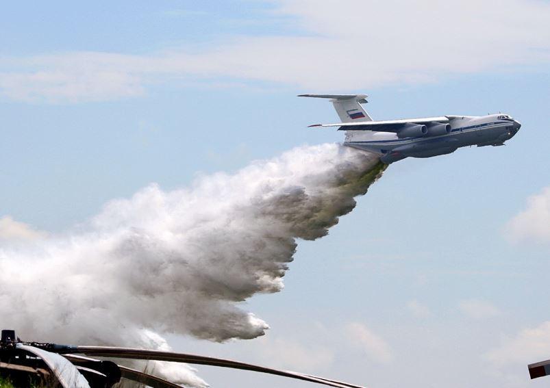 Момент сброса массы воды с пожарногосамолёта Ил-76П