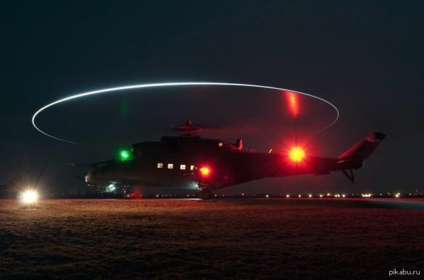 Вертолет ночью.  Стоит обратить внимание на внешнее светотехническое оборудование на лопостях, в частности накруг, образованный при включении этих огней во время полета. Обычно эти огнииспользуется только при приближении к аэропорту перед посадкой, но иногда могут включаться и в обычном полете.  Если смотреть на такой вертолет с земли, создается впечатление круглогоили овального объекта белого (при селых лампах на лопостях) или синего (при синих лампах для использованияприборов ночного видения) цвета с мерцающими огнями в центральной части.  Это впечатление увеличиваетсяесли вертолет летит в дымке илиоблаках.
