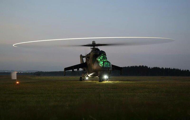 """Ударный вертолёт Ми-24 польских военно-воздушных сил с """"ночной подсветкой"""""""