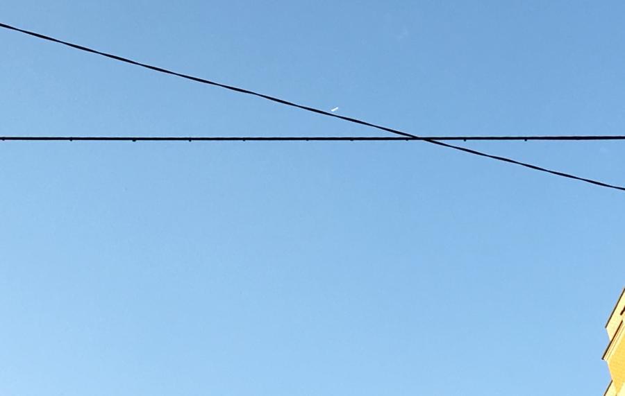 Самолет без конденсационного следа, снятый наблюдателем с земли.