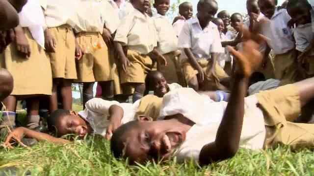 Эпидемия смеха в Танганьике  Этот случай произошел в Танганьике (нынешней Танзании) в школе-интернате, когда три ученицы начали смеяться, и их смех оказался слишком заразительным. Вскоре к ним присоединилось 95 из 150 учеников. Некоторые смеялись несколько часов, а другие до 16 дней. Школу закрыли, но это не остановило смех, который перешел на соседнюю деревню. Месяц спустя случилась еще одна эпидемия смеха, поразившая 217 людей.