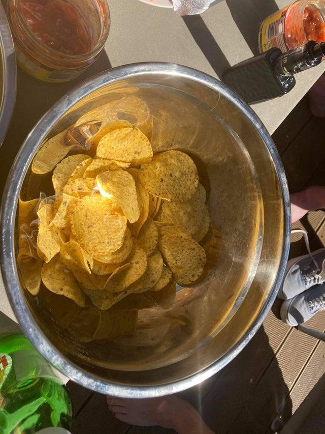 El tazón de bocadillos actuó como un espejo parabólico y prendió fuego a las papas fritasPosted by u/loafers_glory