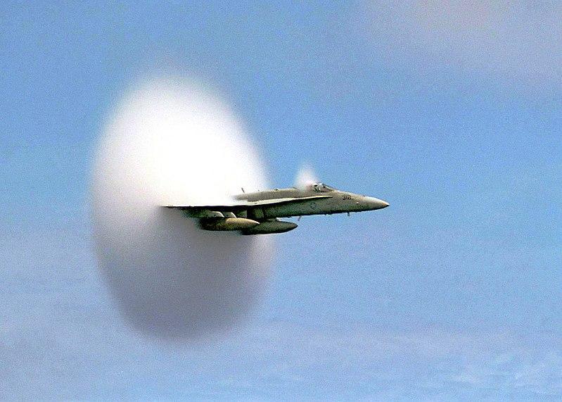 FA-18. Видно облако конденсата, образовавшегося вследствие локального изменения давления (Эффект Прандтля -Глоерта). Зачастую подобная картина ошибочно воспринимается, как «преодоление звукового барьера».
