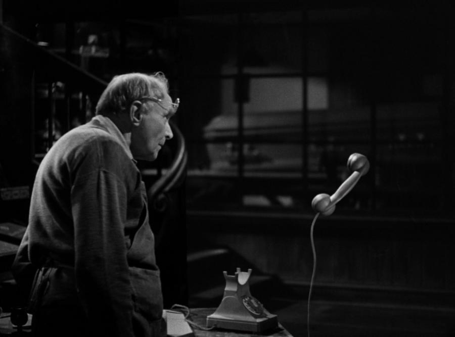 Человек-невидимка говорит по телефону