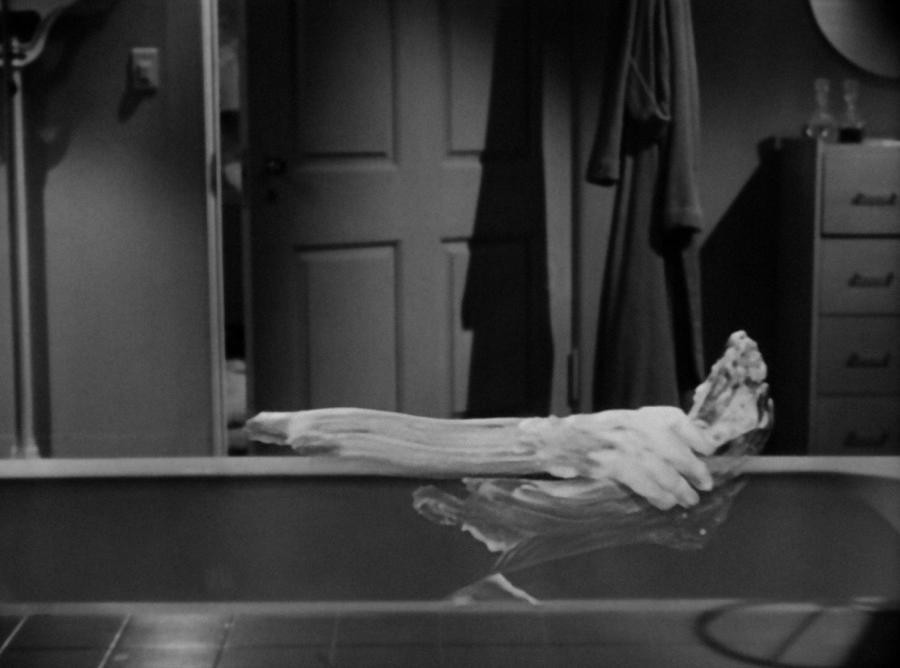 Человек-невидимка моется в ванне