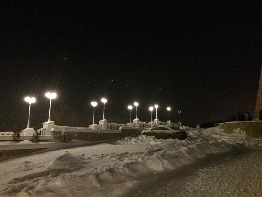 El resplandor de los faroles  Toma nocturna. Resplandor de las luces que se encuentran en el cuadro.  Velocidad del obturador: 1/15 seg  El número de apertura: 2.2  ISO: 2000  Flash: sin flash Traducido del servicio de «Yandex.Traductor»