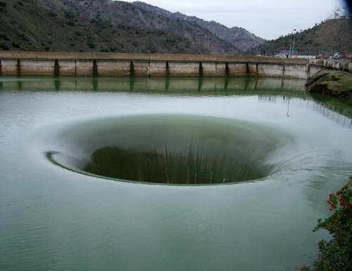 Водоотвод плотины этотруба (иногда шлюз), которая предназначена для управления уровнем воды около дамбы. Бывает разных диаметров и форм (например, круг или квадрат).