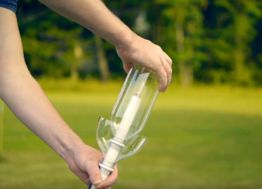 Ракеты из бутылок из-под воды - популярный научный эксперимент. Бутылка наполняется любой жидкостью и накачивается с помощью насоса до тех пор, пока давление не заставит ее взлететь в воздух. В случае, когда она была принята пилотом взлетающего самолета за НЛО, она поднялась на 2,723 фута (457.2 м) в воздух.