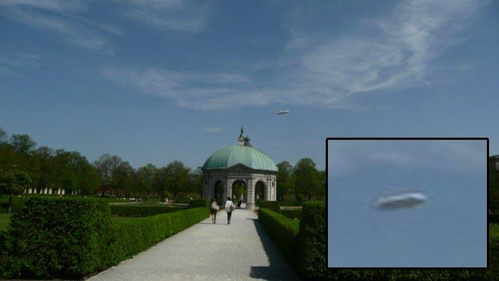 Дирижабль в небе.