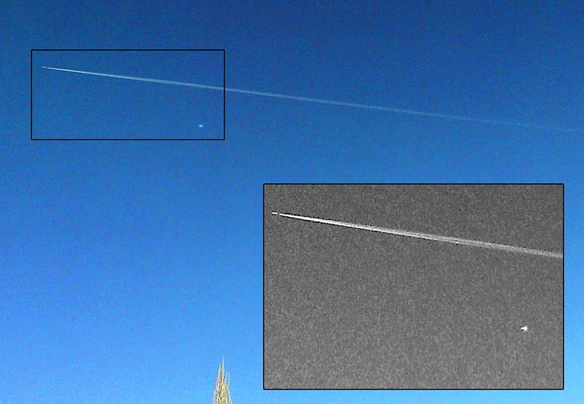 Два самолета, летящих на разных уровнях.  За одним тянется конденсационный след, а второй выглядит как яркая белая точка.