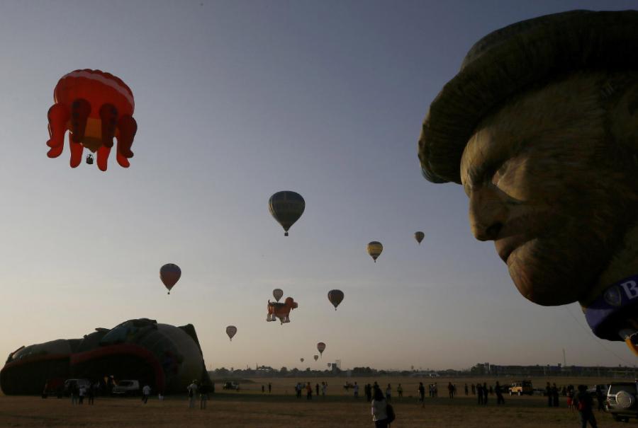 12 февраля 2015 к северу от Манилы стартовал ежегодный Международный фестиваль воздушных шаров на Филиппинах.  Оболочкам воздушных шаров запросто можно придавать довольно сложные формы.